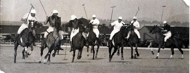 Фото английских колонистов во время игры в поло