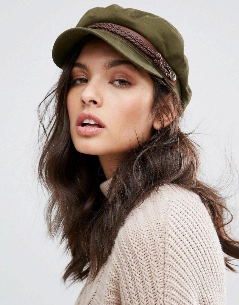 Фотография девушки в кепке в стиле милитари с кожаным околышем