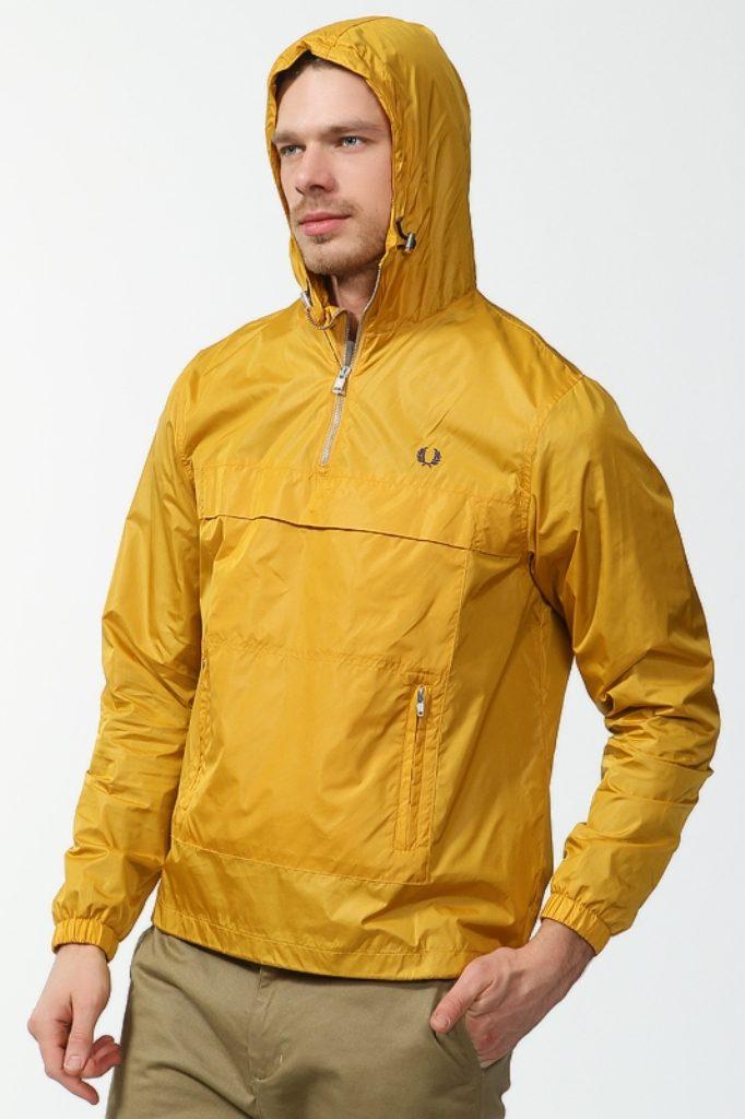 Фото мужчины в ветровке желтого цвета без застежки