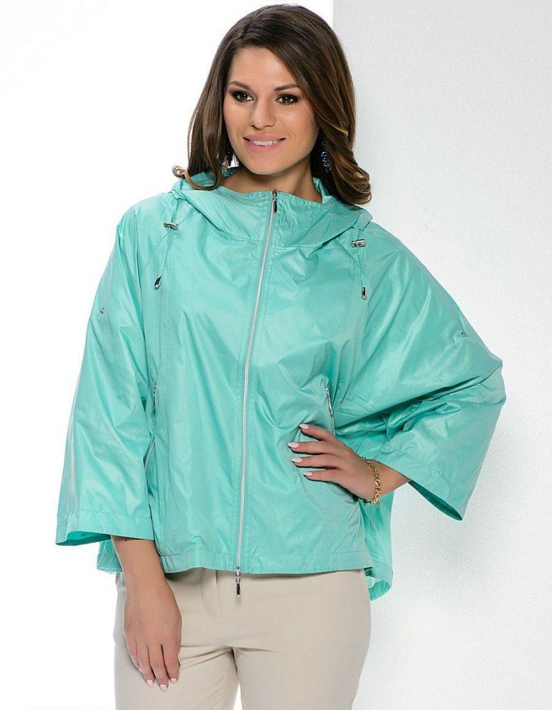 Изображение девушки в легкой ветровке голубого цвета
