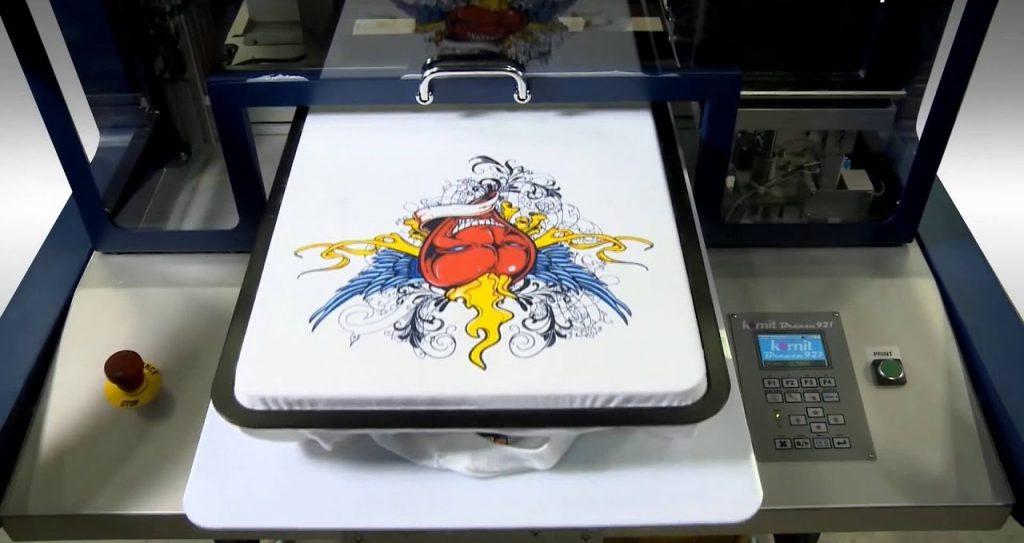 Фото процесса работы принтера по текстилю