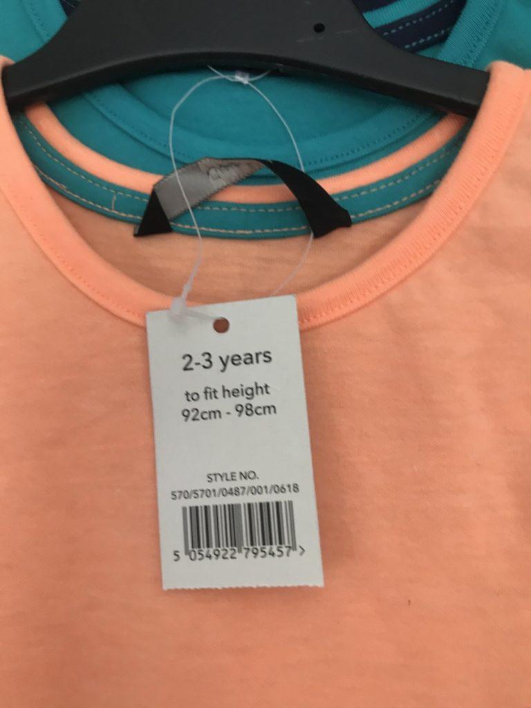 Фото ярлыка на детской футболке с указанием роста и возраста