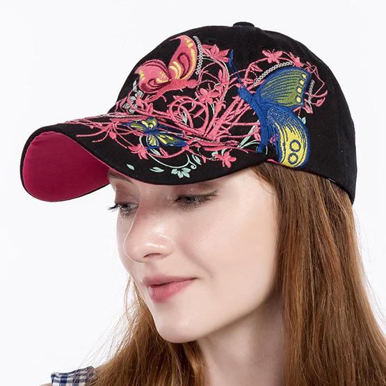 Фотография девушки в кепке с вышитым цветочно-растительным изображением