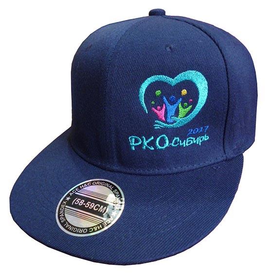 Фотография синей бейсболки с вышитым логотипом и датой проведения промо-акции
