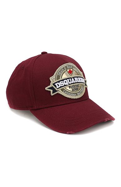 Фотография бордовой кепки с шевроном с логотипом компании, пришитым над козырьком