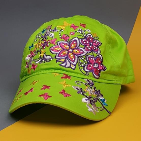 Фотография детской кепки зеленого цвета с яркой и красочной вышивкой